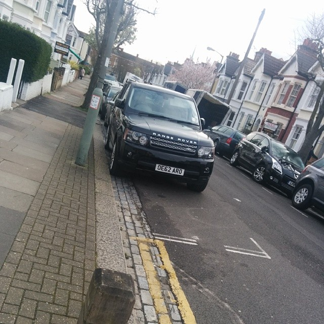 OE62 ARO taking up 2 potential spaces on a busy SW London residential rd #selfishparker