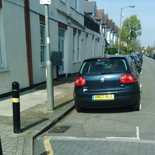 VN07 MLK taking up 2 potential spaces on a busy SW London residential rd #selfishparker