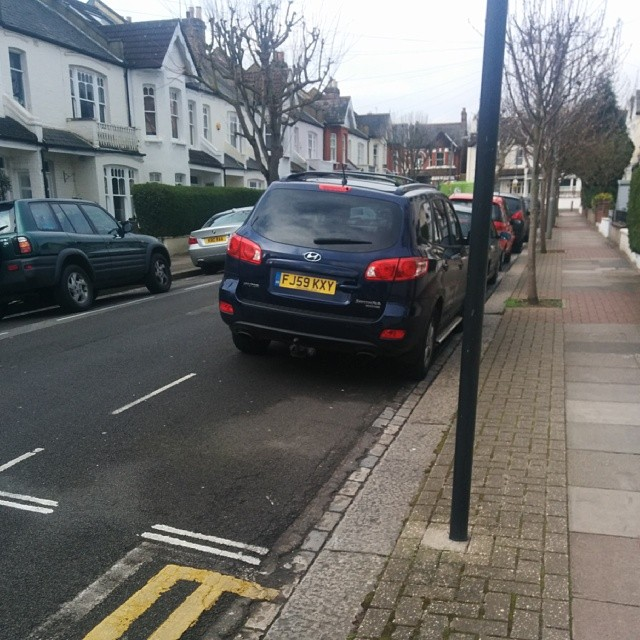 FJ59 KXY taking up 2 potential spaces on a busy SW London residential rd #selfishparker