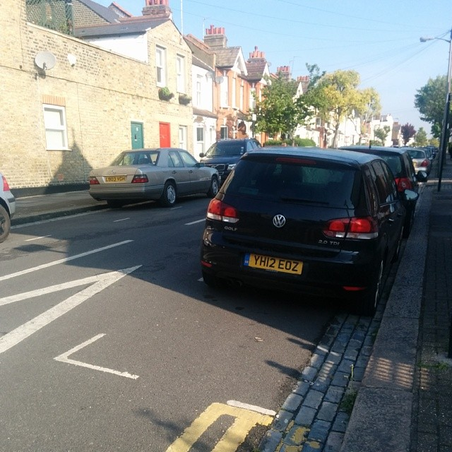 YH12 EDZ not using the lines fairly. Losing a space for others. #selfishparker (repeat offender)