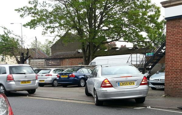 selfishparker-luton-these-two-thought-it-be-great-idea-to-block-in-bank-staff-car-park-httpt-codprmlmwcou