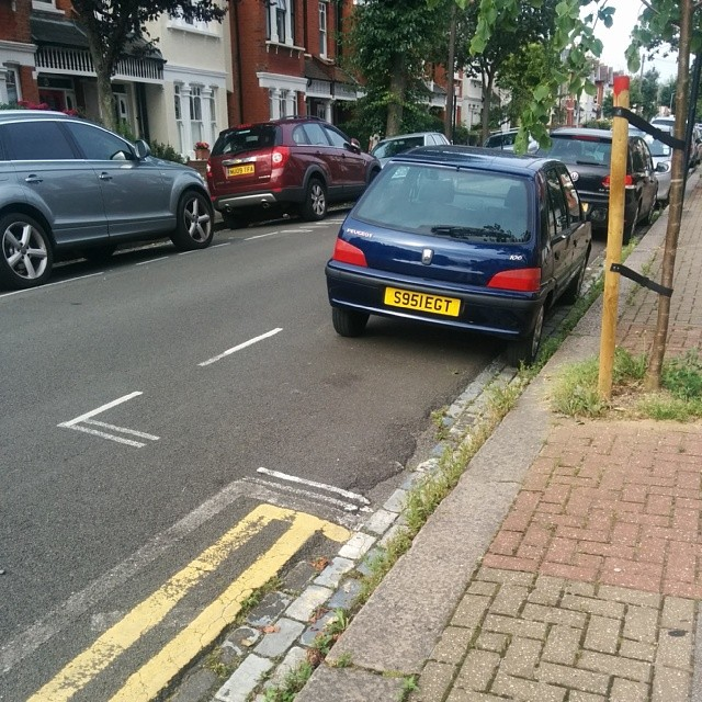 S951 EGT Not considering others by using the white lines properly and wasting 1/2 a space. #selfishparker