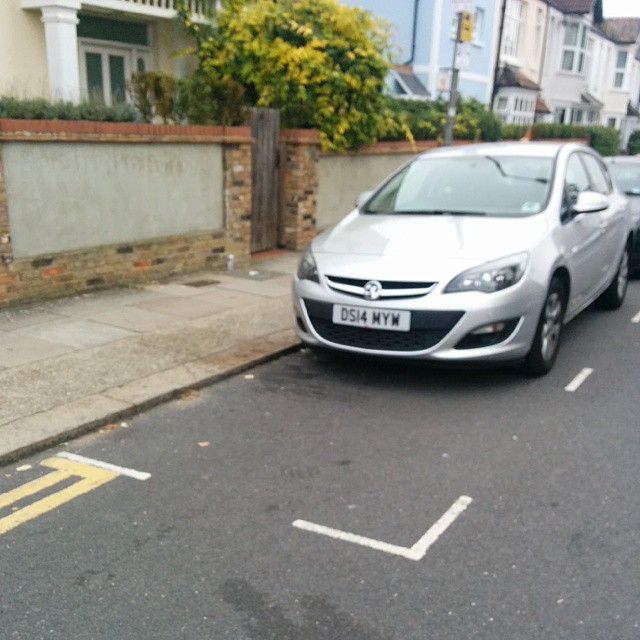DS14 MYW displaying crap parking