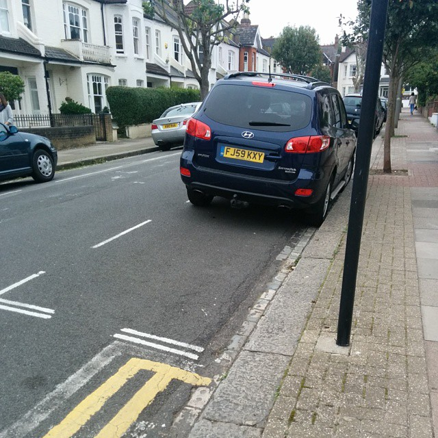 FJ59 KXY not using white lines properly and being a #selfishparker
