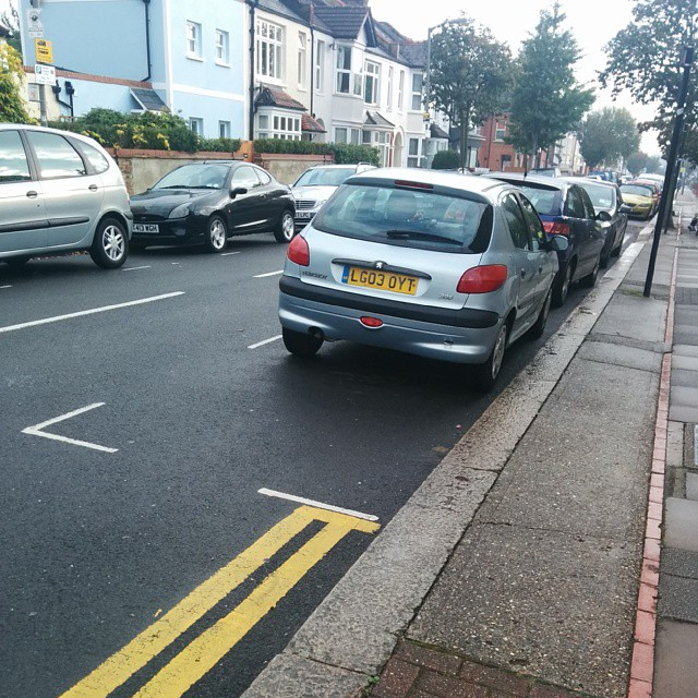 LG03 OYT being a #selfishparker by not using the white lines properly.