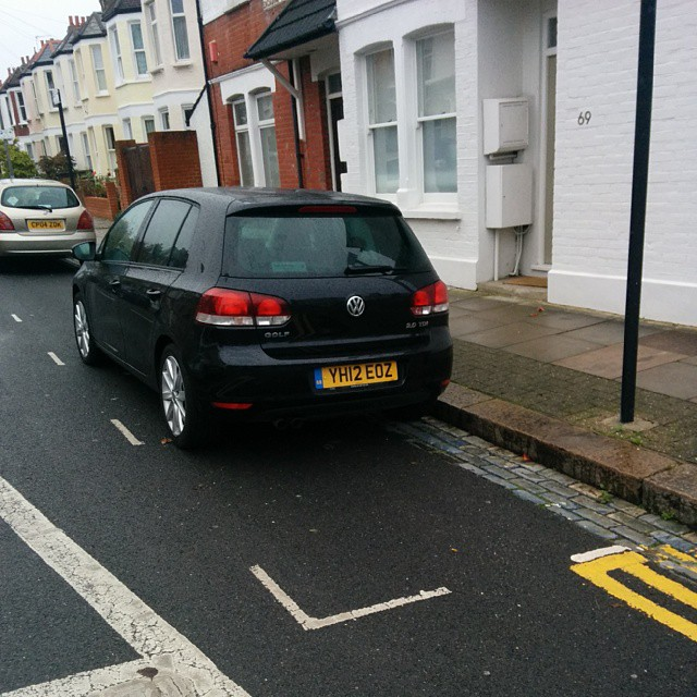 YH12 EOZ not considering others by using the lines fairly. #selfishparker AGAIN!