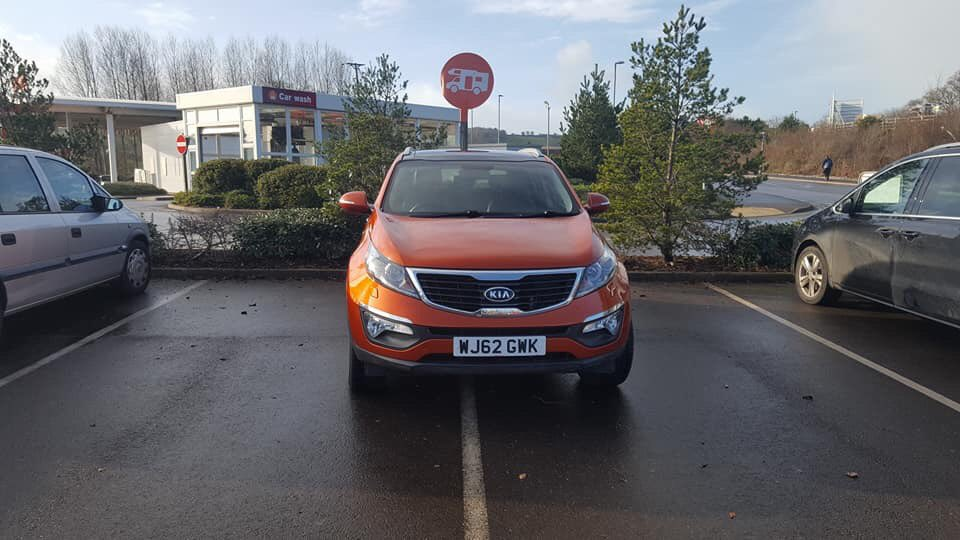 WJ62 GWK displaying Inconsiderate Parking
