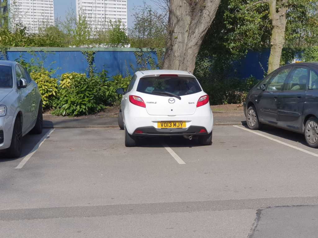 VO13 MJY displaying crap parking