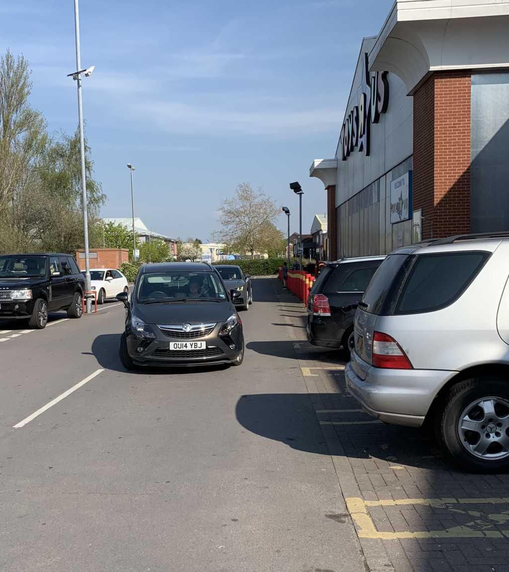OU14 YBJ displaying crap parking