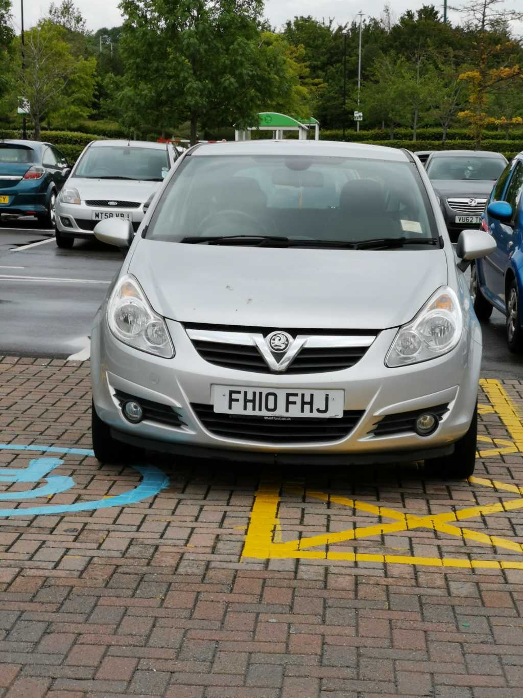 FH10 FHJ displaying Inconsiderate Parking