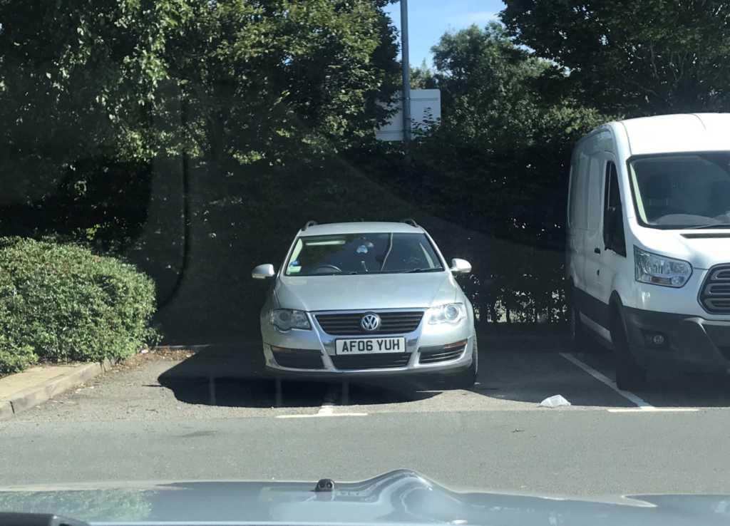 AF06 YUH displaying crap parking