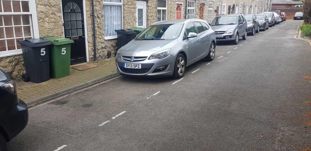 DY13 SPZ displaying crap parking